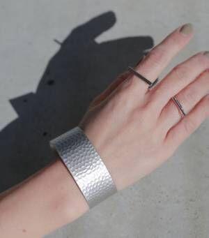 「シルバーバングル」で手元に洗練された輝きを