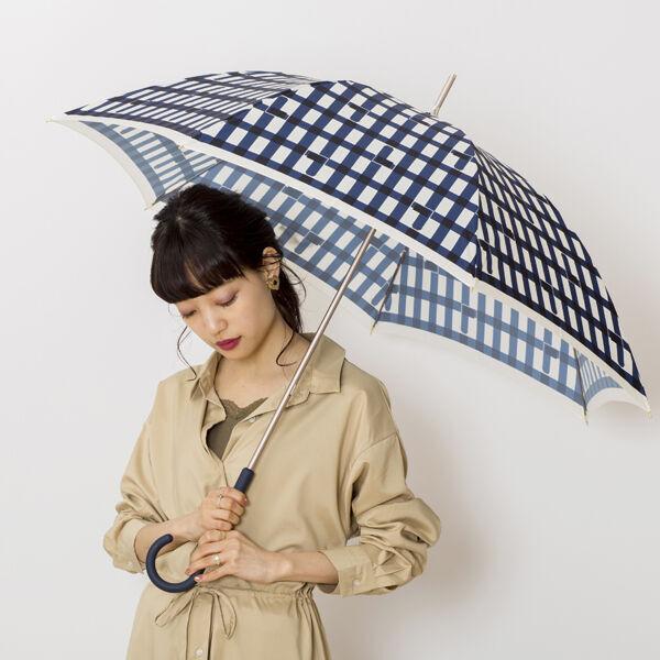 まだビニ傘? 雨の日のレインアイテムもコーディネートする時代!
