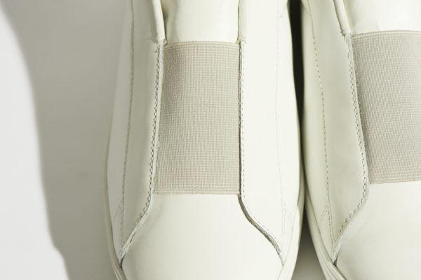 冬の着こなしに抜け感を与える、『無印良品』の白レザースニーカーに注目