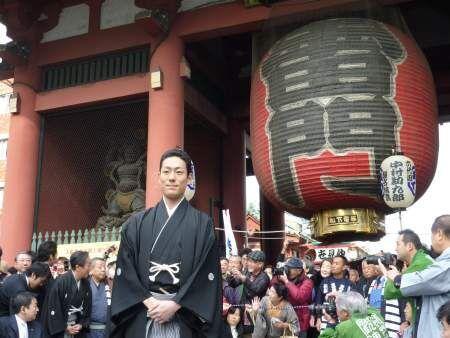 中村勘太郎が父・勘三郎らと六代目勘九郎襲名披露の成功を祈願して浅草寺でお練り