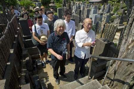 佐藤隆太、蜷川幸雄らが「お岩様」の墓参りで舞台の安全・成功祈願