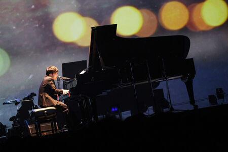 さかいゆう、ピアノ弾き語りによる一夜限りのスペシャルライブを開催、あの名曲カバーも披露