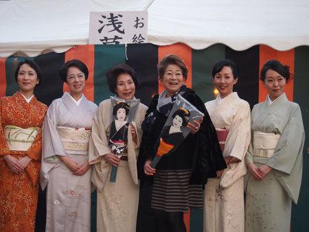 水谷八重子、波乃久里子らが羽子板を手に舞台をPR