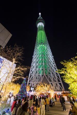 世界一高いタワーが世界一高いクリスマスツリーに