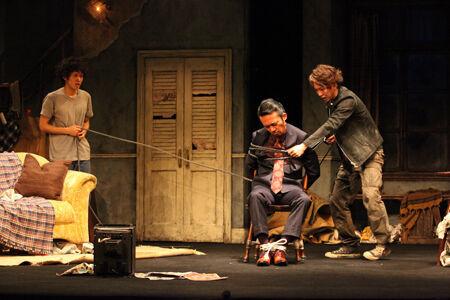 舞台から想いが溢れる3人芝居『オーファンズ』開幕