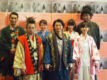 会見より。左から、AKLO、Mummy-D、綿引さやか、KREVA、増田有華、小西真奈美、ブラザートム