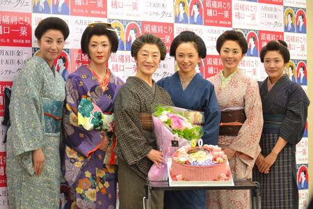 左から、愛華みれ、若村麻由美、三田和代、永作博美、熊谷真実、深谷美歩