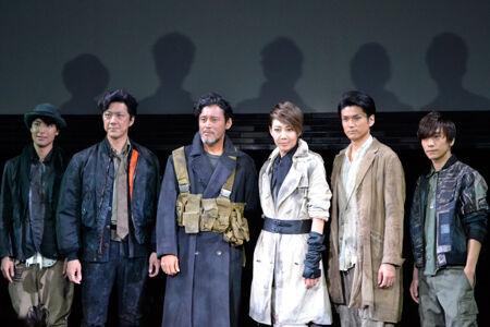 左から、海宝直人、吉野圭吾、横田栄司、柚希礼音、渡辺大輔、平間壮一
