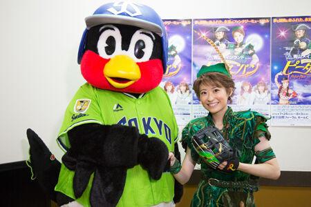 (画像左から)つば九郎、唯月ふうか 撮影:石坂大輔