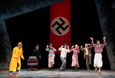 舞台『ヒトラー、最後の20000年~ほとんど、何もない~』 撮影:引地信彦