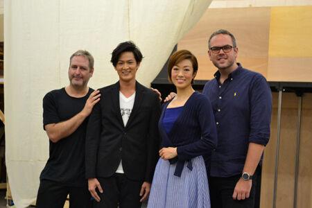 (左から)ニック・ウィンストン(振り付け)、新納慎也、北翔海莉、トム・サザーランド(演出)