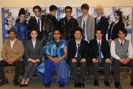作・演出の伊藤靖朗(前列左端)とキャスト一同
