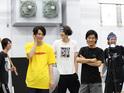 佐奈宏紀や高橋健介がアイデアを出し合う「ひらがな男子」稽古に潜入