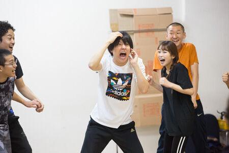 『舞台 増田こうすけ劇場 ギャグマンガ日和 向かい風 100%稽古場より 撮影:イシイノブミ