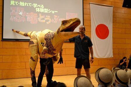 恐竜と触れ合える!?夏休み『恐竜どうぶつ園』に子どもら大興奮!