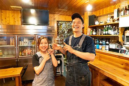 喜びをかみしめる「スープカレーなっぱ」店主の中村さん(右)とスタッフのあさみさん(左)。