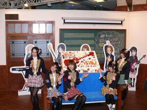 豊崎愛生ら『けいおん!』声優陣が、ロンドンバスに乗って赤坂に
