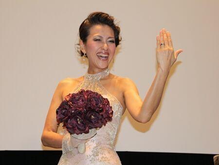 「ひとり結婚式です!」岡本夏生、ウェディングドレス姿で熱弁!