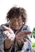 """""""謎めくホームレス役""""衝撃ビジュアル"""