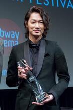 綾野剛がNYアジア映画祭授賞式に登場