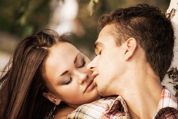 離れちゃダメだよ…♡男性が「彼女にくっつきたくなる瞬間」5選
