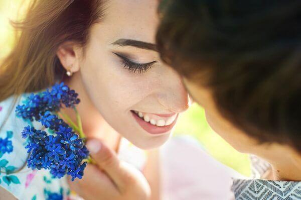 「匂い」or「抱き心地」女性をハグするとき、重要視するのはどっち?