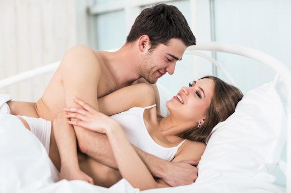 寝る前に試してみて♡ 男がムラムラする「彼女の愛撫」テクを伝授…!