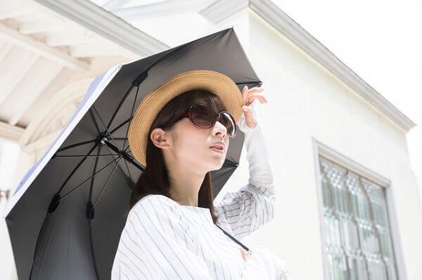 正直、邪魔だよなぁ…!「女子の日傘」に対する男のホンネって?