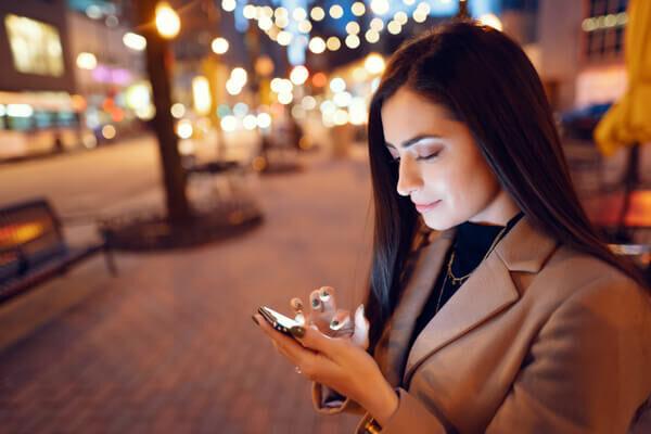 おやすみの瞬間まで幸せ…♡カレが夢中になる「夜の電話テク」4選
