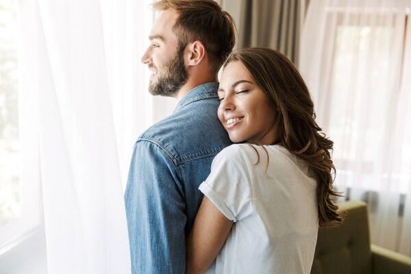 思いっきり抱きしめたい♡男性が女性にされて喜ぶ「理想のハグ」4つ