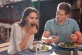 もう誘いません…。男性がドン引きする「食事デートのNG行動」4つとは?