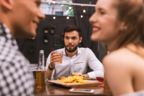 男性には逆効果…?男が飲み慣れてるなと思う「居酒屋での行動」