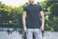 お願いだから着替えて…!女ウケ0点の「男性のTシャツデザイン」4選