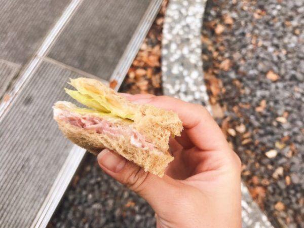 ファミマの「全粒粉パンハムとたまごと野菜」はボリューム満点!
