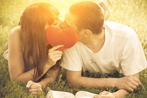 目を瞑って…♡男が「キスしたくなる」瞬間に見せる態度とは