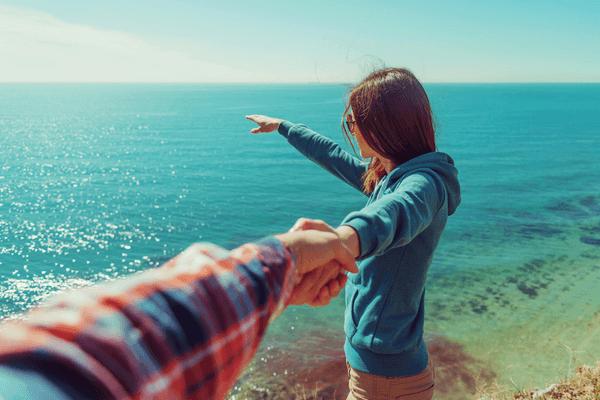 """仲良しカップル""""がやってるのは「手を繋ぐ」と「腕を組む」どっち?"""