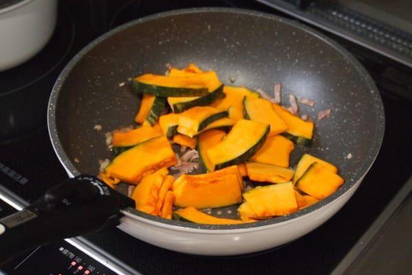 【アレンジレシピ】「かぼちゃとベーコンのオニオンにんにく炒め」がお酒にもピッタリ♡