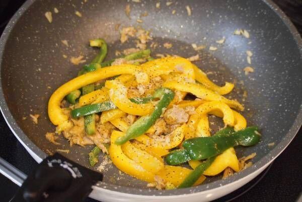 彩り野菜で華やかに♡「ピーマンとパプリカのカレーチーズ炒め」の簡単レシピ