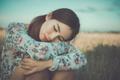 もう泣きたくない…なかなか立ち直れない「恋愛で後悔したエピソード」4選