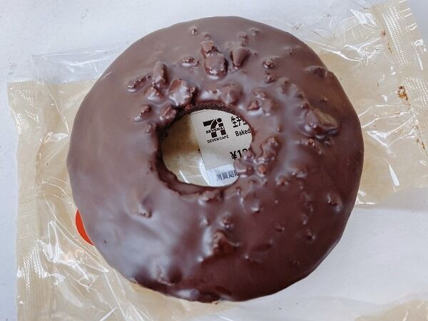 【セブン】いいチョコ乗ってんね♡歯ごたえ抜群ドーナッツ!