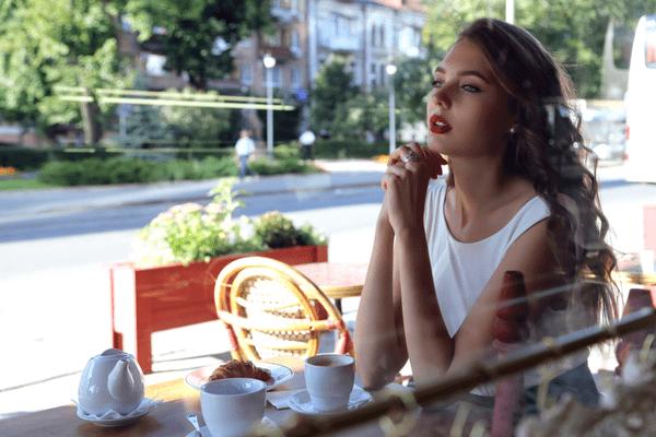 目が奪われる…男を魅了する「魔性の女」の特徴4つ