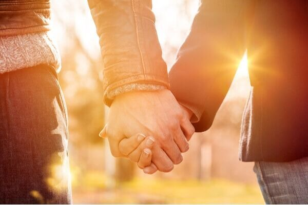 俺から離れるなよ♡デート中に男が「手を繋ぎたがる心理」4つ