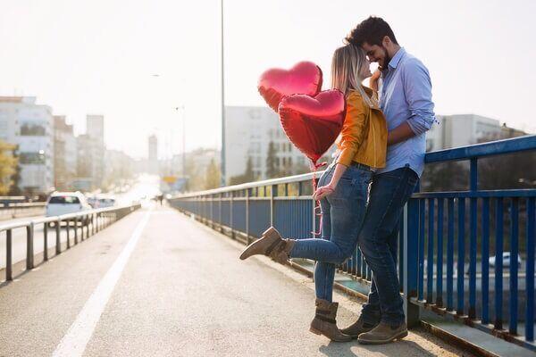 やば、可愛すぎ…♡彼が興奮する「デート中の仕草」4選