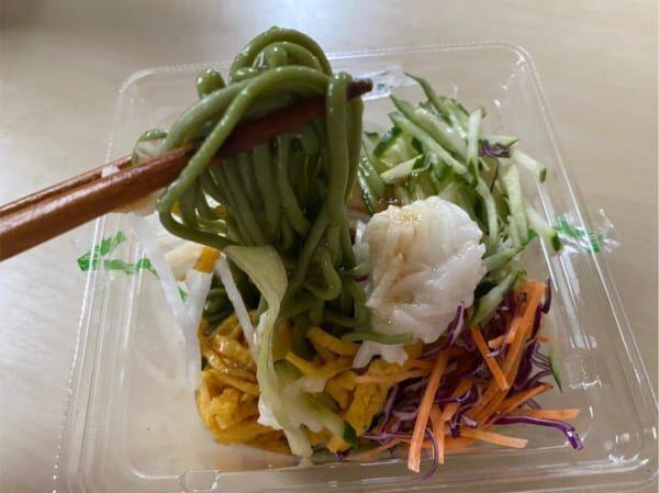 緑色の麺がインパクト大!【ローソン】の「ほうれん草麺サラダ」がダイエットの味方に!?