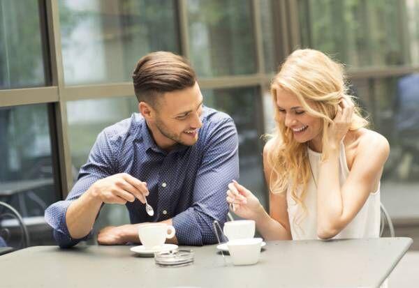 振り向いて…!男性が女性を「意識し始めた時に見せる行動」4選