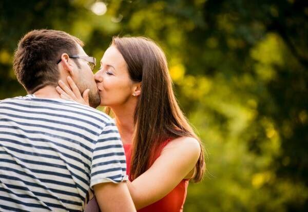 キスのとき、彼女の手はどこにある?キスの仕方で分かる「愛され度」チェック
