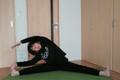 サッカートレーナーが教える姿勢の崩れや骨盤の歪みの原因にもなる股関節内転筋を伸ばすストレッチ