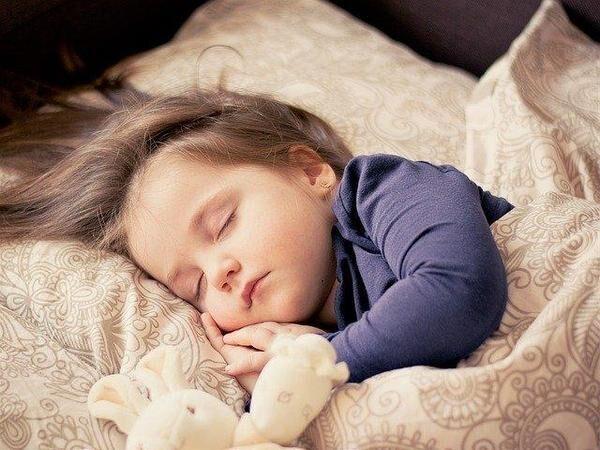 寝る子は育つは本当? 睡眠と成長の関係について解説