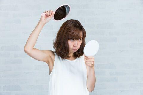 女性の円形脱毛症の原因と症状の特徴とは!皮膚科での治療や対処法
