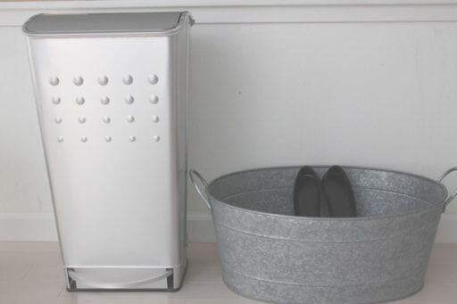 スウェーデン製のアルミのゴミ箱。ゴミ箱にするには余りにもきれいで、バス用品のストレージにしている。オーバルのジンク(亜鉛)のバスケッ卜は本来飲み物を冷やすためのアウ卜ドア用ですが、今は靴収納に